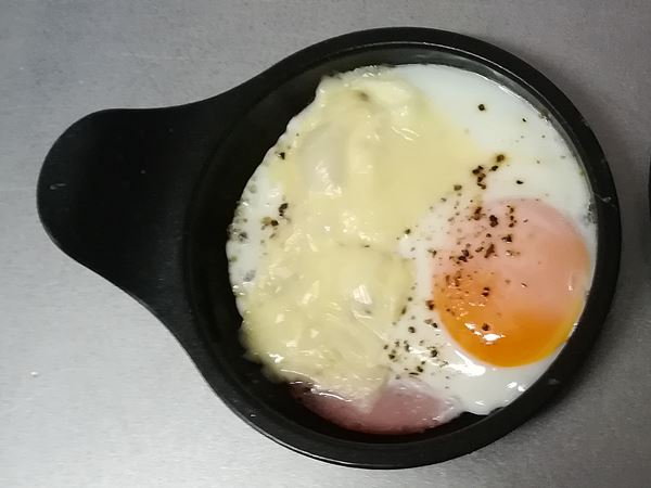 目玉焼きプレートを使ったハムチーズエッグの写真