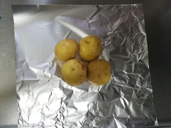 アルミホイルの上にジャガイモを置いた写真