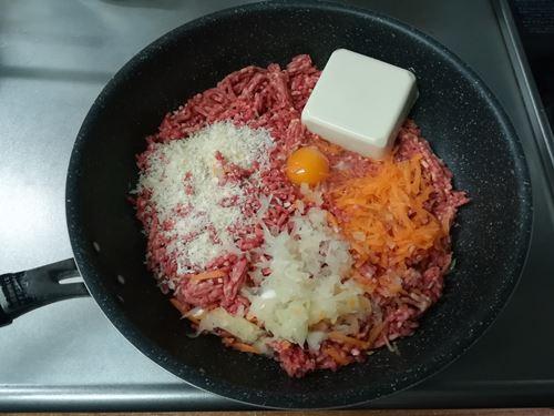 ひき肉に野菜や卵などを入れた写真