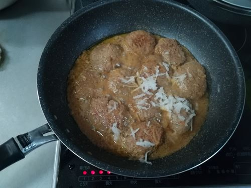 ハンバーグをフライパンで焼いている写真