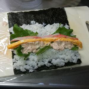 巻き寿司を作っている写真