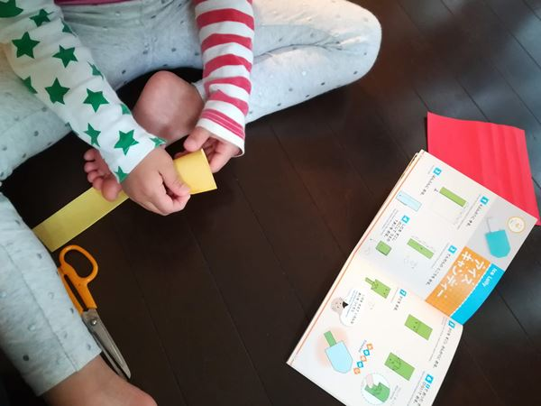 次女が折り紙を折っている写真
