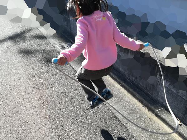 次女が縄跳びを飛んでいる写真