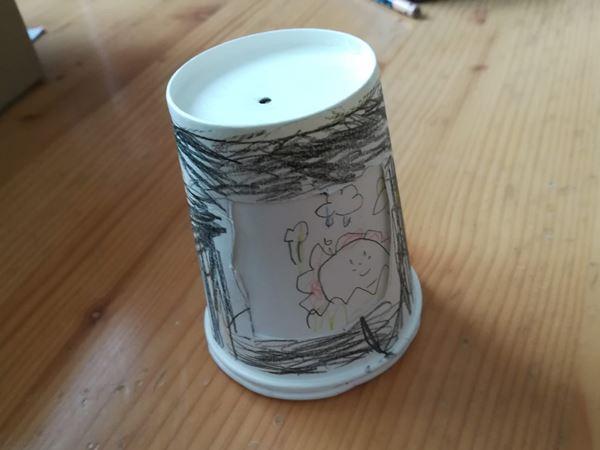 幼稚園生の次女の紙コップ工作品の写真1