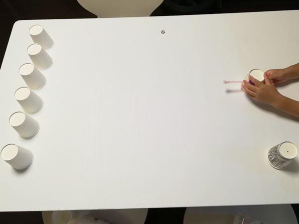 小学6年生の長女の紙コップ工作品で遊んでいる写真