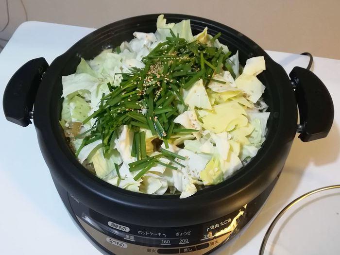一藤の本場のもつ鍋の写真(野菜を入れて更に煮ているところ)