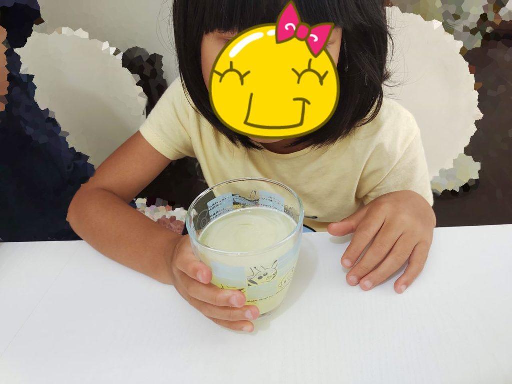 幼稚園生がセノバス+を飲んでいる写真